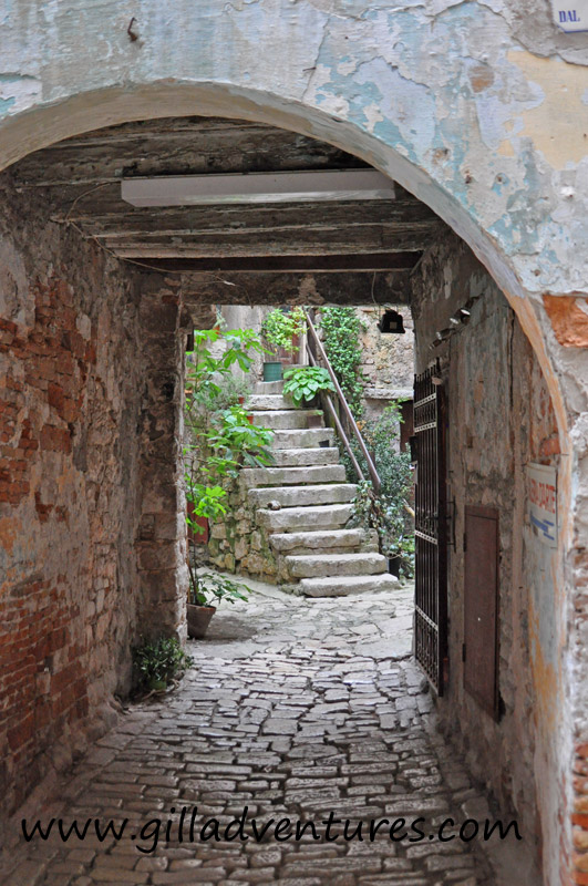 A courtyard off a pedestrian street in Rovinj.